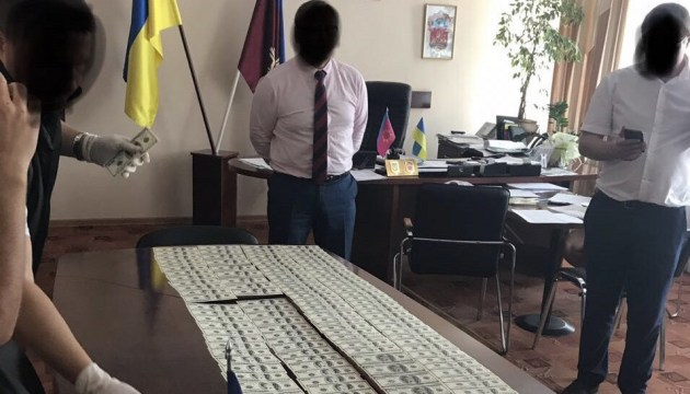 Голова району Хмельниччини вимагав у фермера майже $33 тисячі