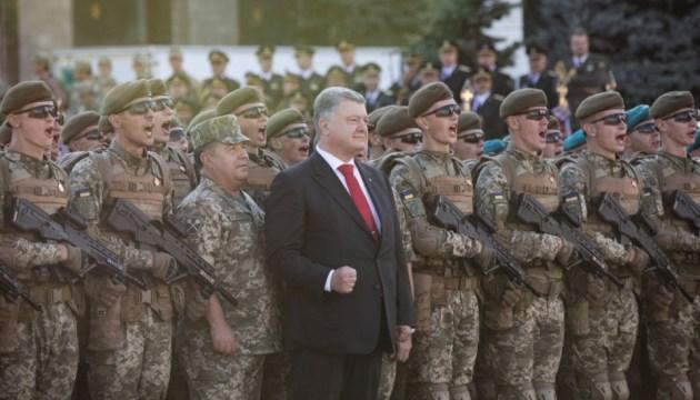 Präsident Poroschenko nimmt an Generalprobe der Militärparade an - Foto