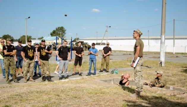 У Дніпрі працівники мерії пройшли навчальні збори з військової підготовки