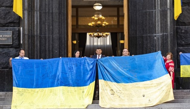 Groysman congratulates Ukrainians on Day of National Flag