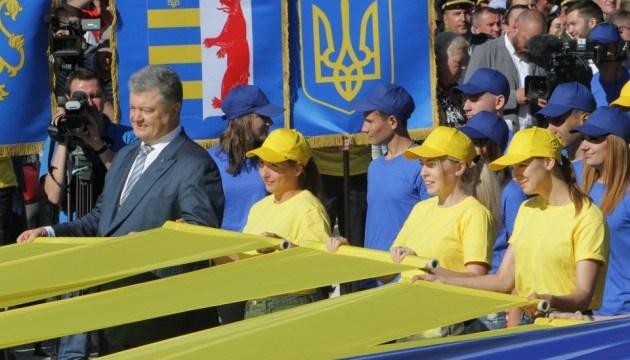 Порошенко в Днипре принял участие в церемонии поднятия флага