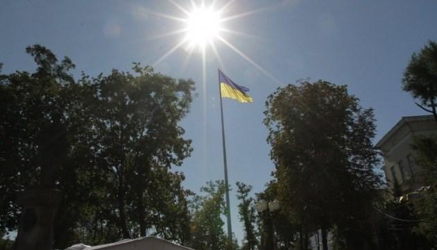 Аллею с самым высоким флагштоком в Днипре украшают 12 украинских символов