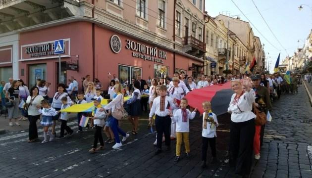 Сине-желтый и красно-черный: шествие в Черновцах с 25-метровыми стягами