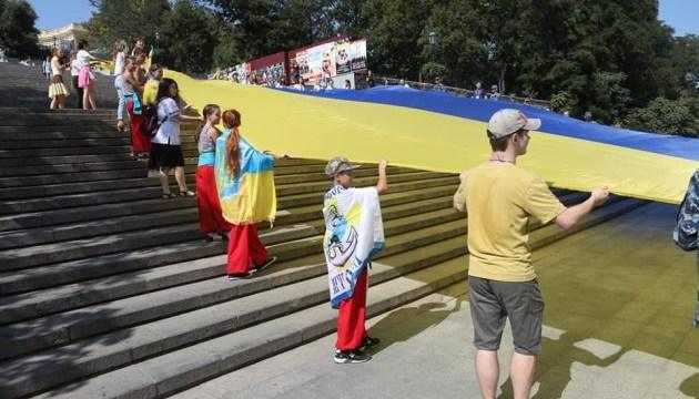 Над Потемкинской лестницей в Одессе развернули 27-метровый флаг