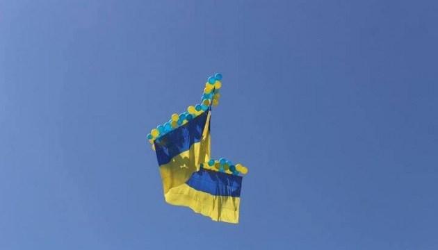 Более 120 метров: над Авдеевкой подняли в небо самый большой Флаг Украины