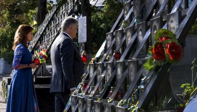 Президент с семьей почтил память Героев Небесной Сотни