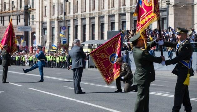 Порошенко на параді вручив нові бойові прапори військовим частинам
