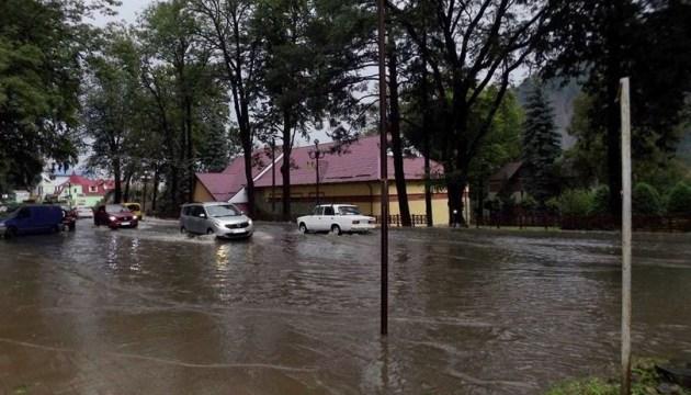 В Карпатах сильный ливень с градом затопил Яремче