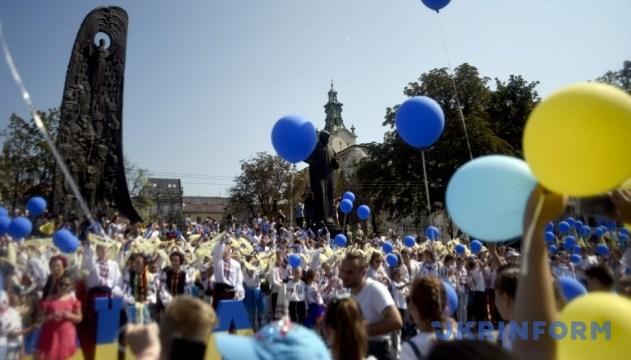 """У Львові півтори тисячі дітей сформували із синьо-жовтих кульок """"живий"""" прапор"""