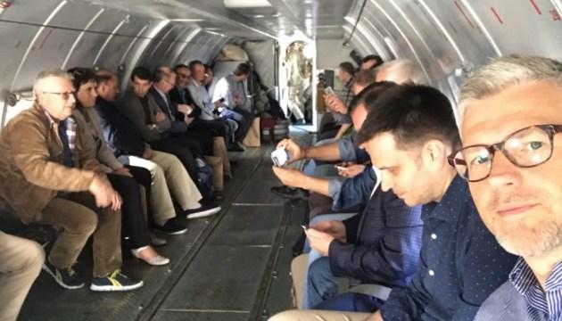 Украинские дипломаты вместе с военными вылетели на Донбасс