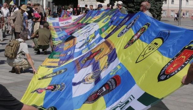 У Харкові волонтери й учасники АТО розгорнули Прапор єдності армії і народу