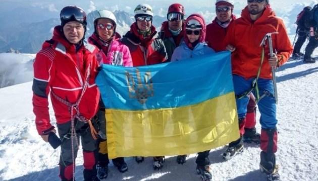 Izan la bandera ucraniana en Mont Blanc