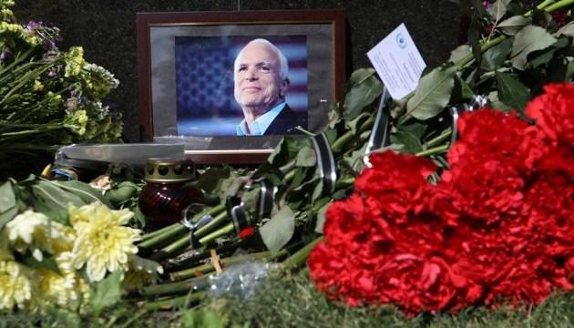 Під посольством США у Києві вшановують пам'ять Маккейна