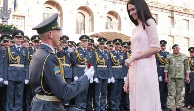 Прикордонник освідчився дівчині на параді у Києві