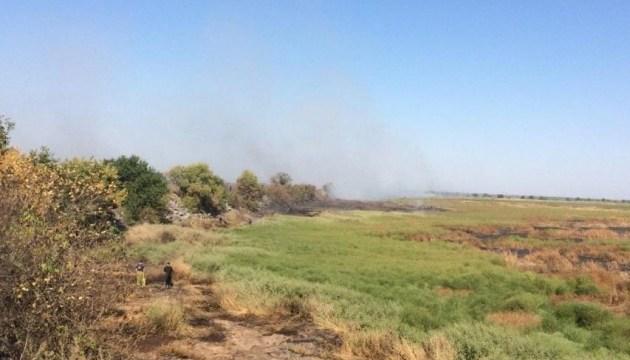Масштабну пожежу на Полтавщині гасять рятувальники вже другу добу