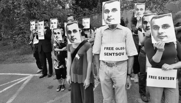 В Праге под посольством РФ прошла акция в поддержку Сенцова