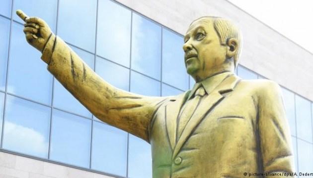 У Вісбадені демонтують золоту статую Ердогана
