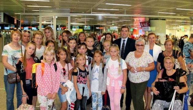 Українські діти повернулися з відпочинку у Ватикані