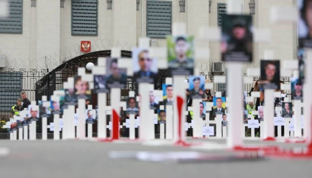 """""""Путин, за Иловайск ответишь"""": под посольством РФ установили кресты"""