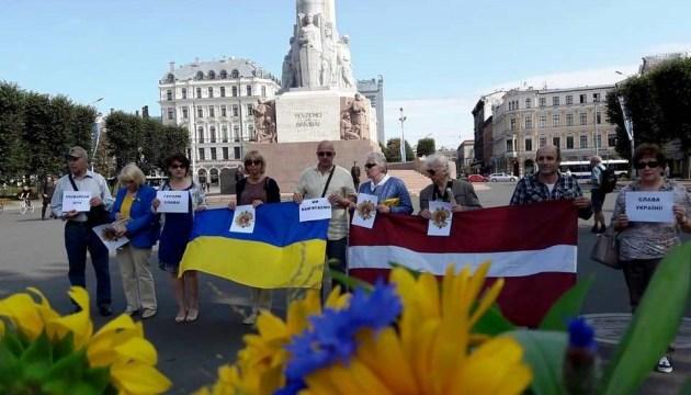 В Риге почтили героев Иловайской трагедии