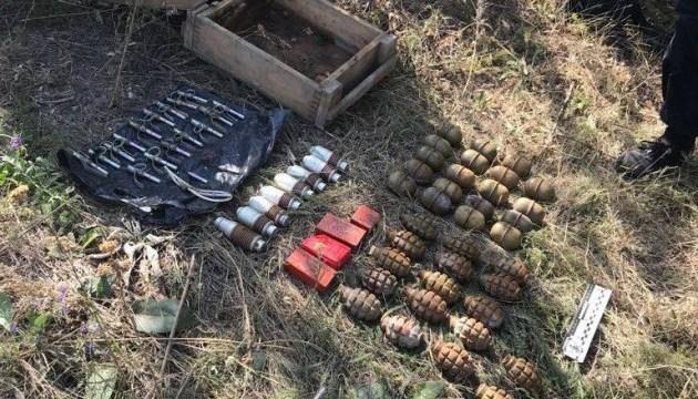 На кладовищі поблизу лінії розмежування виявили сховок з боєприпасами