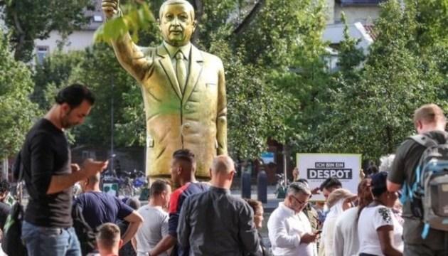 У Німеччині після сутичок демонтували золоту статую Ердогана