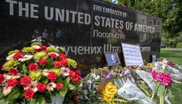 Українці можуть писати родині Маккейна у Книгу співчуття