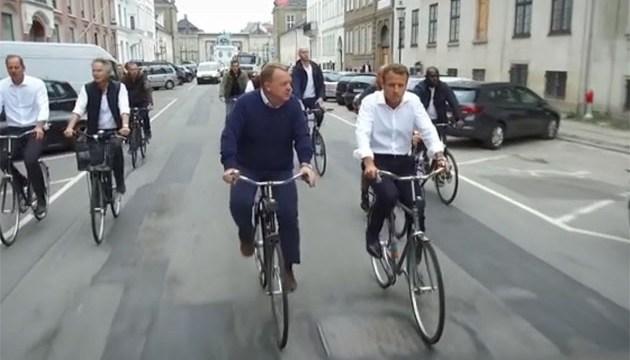 Без тонированных окон: Макрон и Расмуссен проехались по Копенгагену на велосипеде