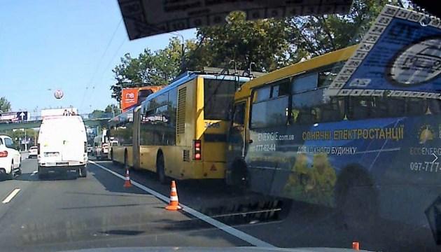 В Киеве столкнулись троллейбус и маршрутка: четверо - в больнице