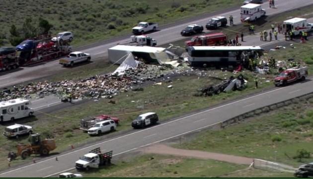 У США вантажівка влетіла у автобус: семеро загиблих, десятки постраждалих