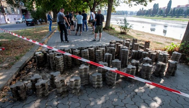 В Ужгороде жители заблокировали начатый мэрией ремонт набережной