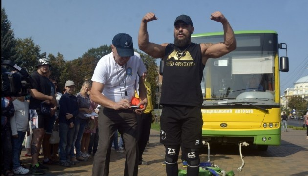 国家记录:文尼察大力士将2辆公交车拖行19米