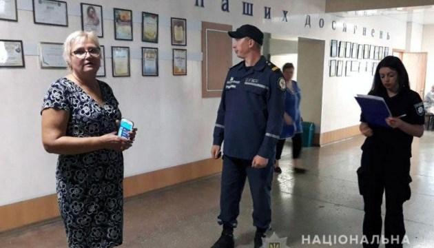 Поліцейські Донеччини обстежують школи перед початком навчального року