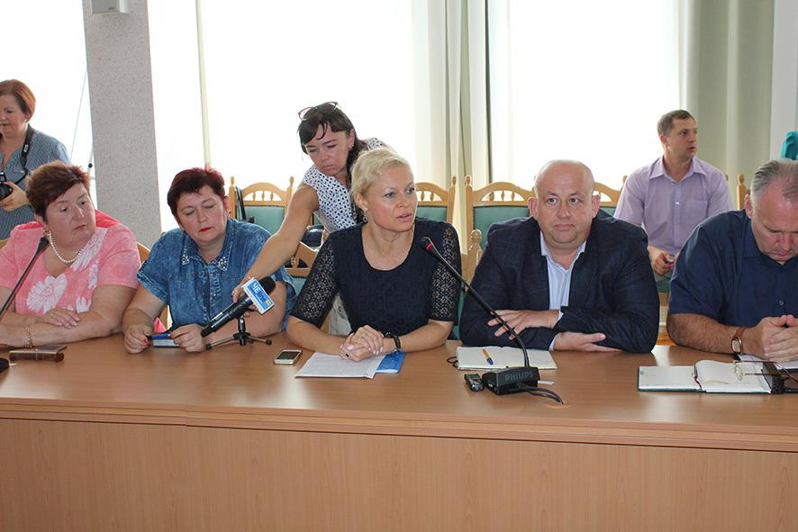 В центрі - Олена ЯДорошенко і Костянтин Мішустін