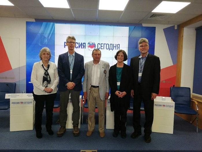 Сильвия Демарест (крайняя слева) и остальные члены американской делегации