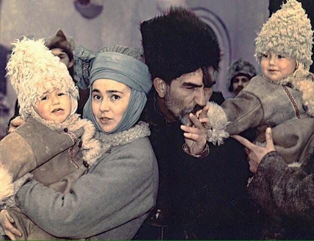 Кадр із фільму Гетьманські клейноди, на передньому плані - дружина, та піторарічні сини Олексій та Богдан, 1993