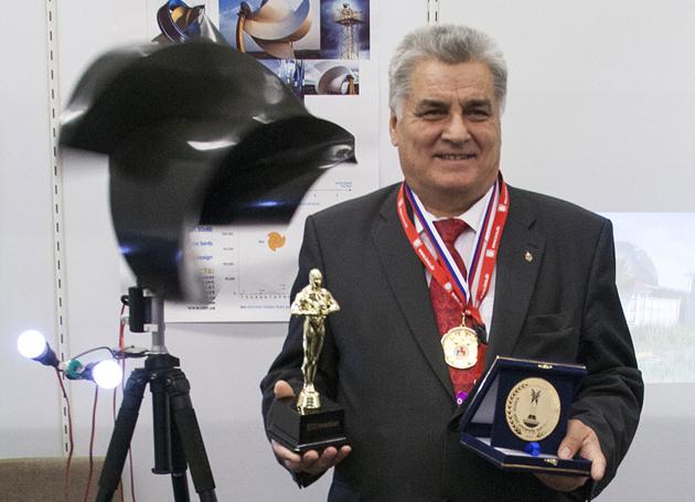О.Ф.Оніпко зі своїм вітрогенератором
