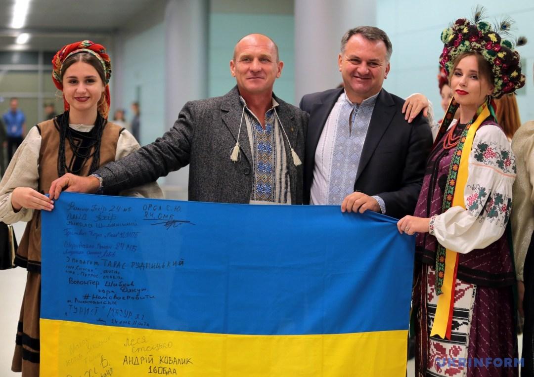 Олег Синютка (другий праворуч)