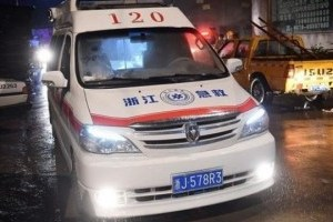 中国向乌克兰转交50辆救护车