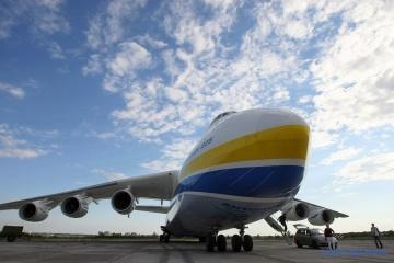 """Avión """"Mriya"""" ucraniano descargado en Varsovia"""