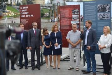 独立広場で「プラハの春」50年経過に関する展示会開始