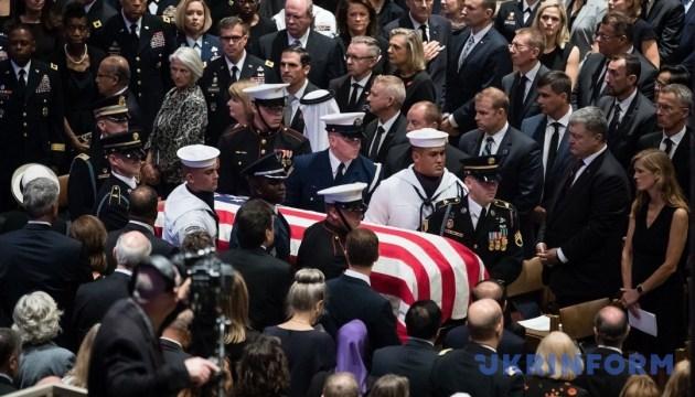Привіт Путіну: Маккейн розпорядився на власних похоронах поставити Порошенка поруч з Генсеком НАТО