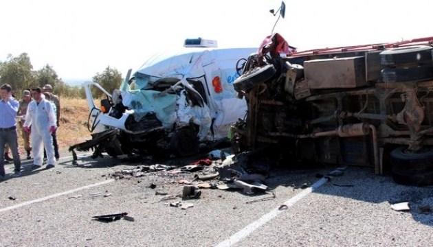 У Туреччині автофургон влетів у трактор: семеро загиблих і 19 постраждалих