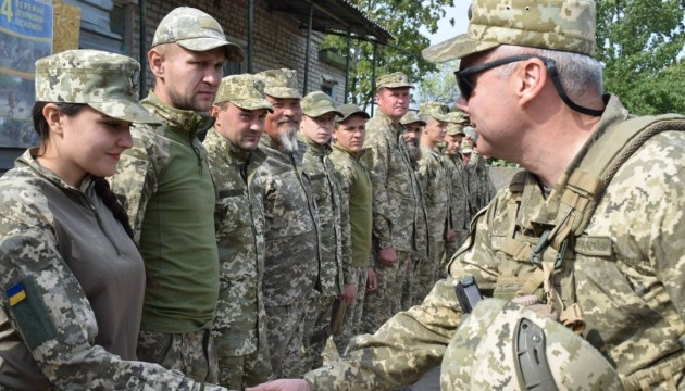 Командующий ОС наградил военных, выбивших врага с Бахмутской трассы