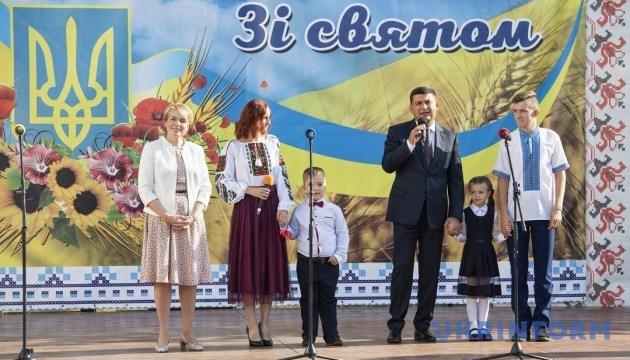 Гройсман і Гриневич привітали з початком навчання учнів опорної школи на Київщині