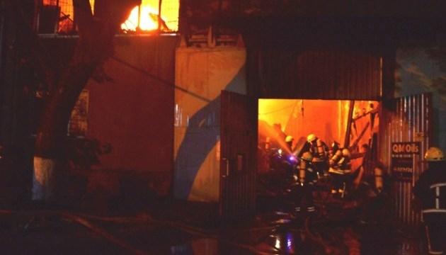 В Одесі горіла СТО, під час гасіння постраждали четверо рятувальників