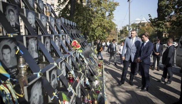 Курц у Києві вшанував пам'ять Героїв Небесної сотні