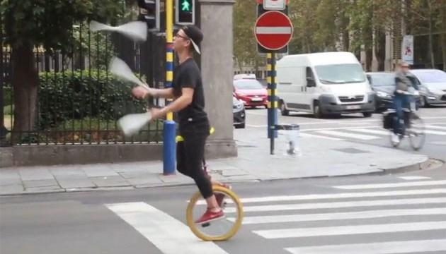 Цирк посеред дороги: у Брюсселі жонглери показують водіям шоу