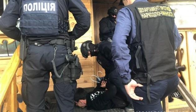 На Киевщине группа наркоторговцев выращивала каннабис в арендованных ангарах