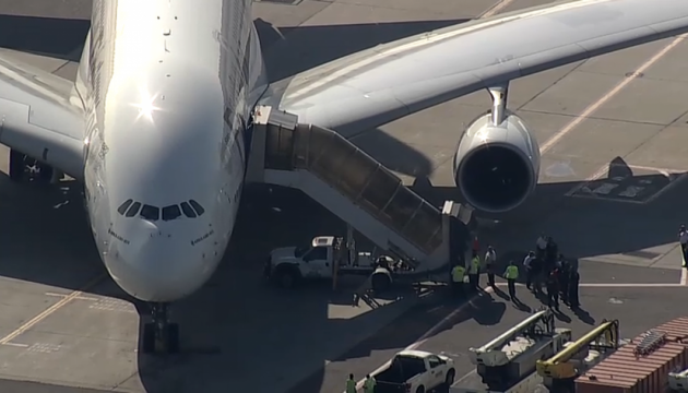 На борту літака до Нью-Йорка стало зле 100 пасажирам - ЗМІ